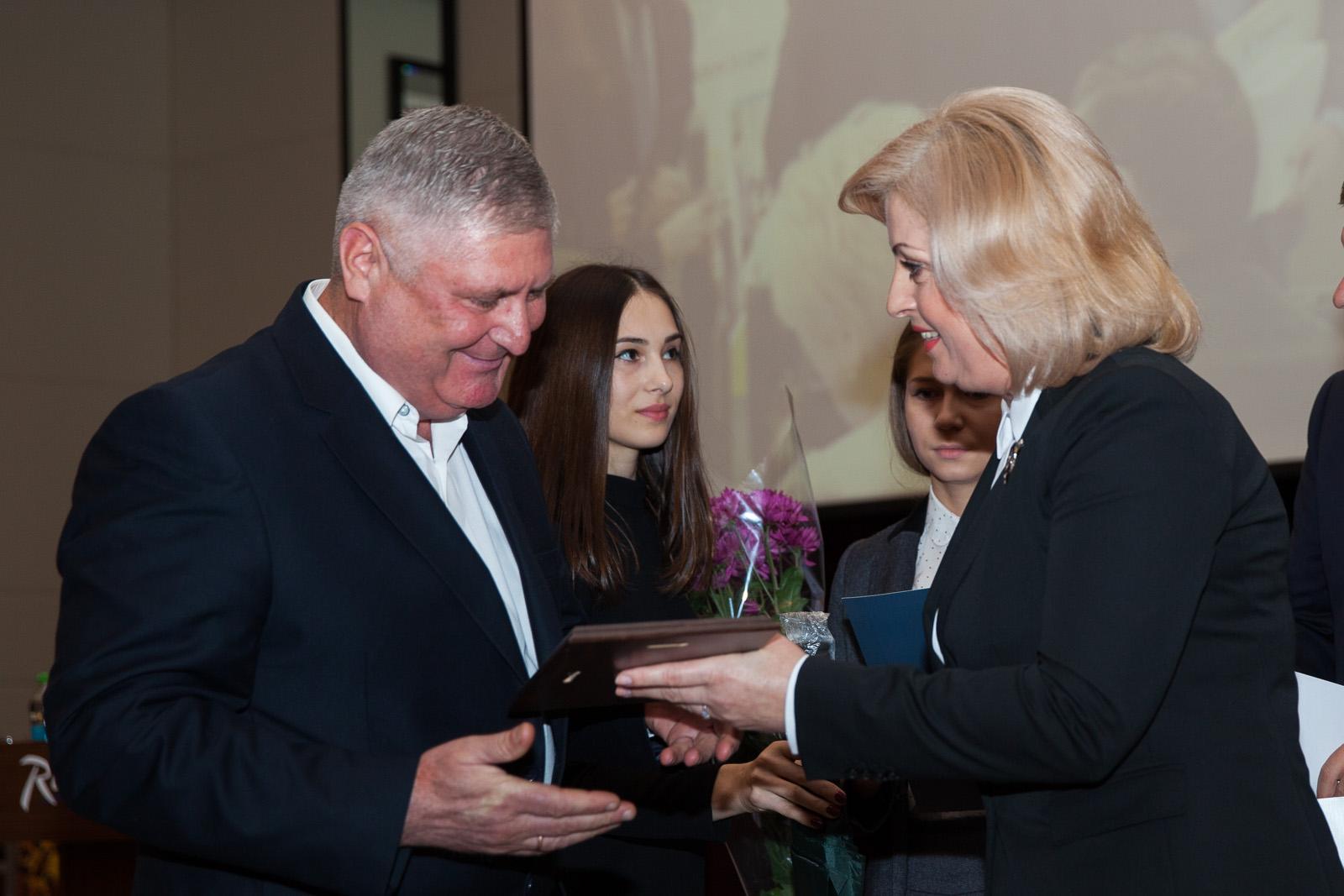 """Învingătorii concursului Național ,,IMM – Model de Responsabilitate Socială""""  ediția a VII-a au fost premiați"""